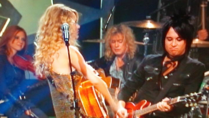 DVD REVIEW: Taylor Swift & Def Leppard – CMT Crossroads(2009)